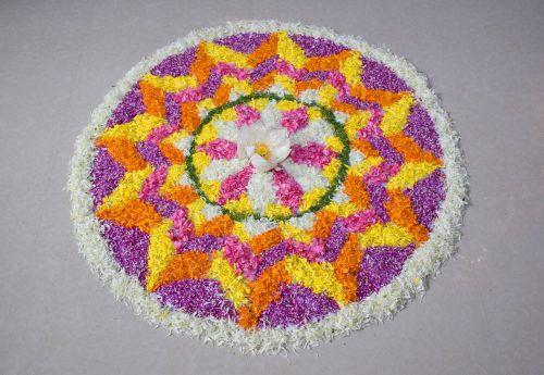 gėlių kilimas,pookalam,onapookalamas,gėlių išdėstymas ant žemės,onam,kerala festivalis,kerala