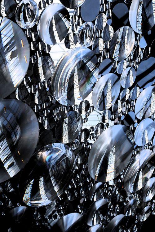 skraidantys diskai,menas,mėlynas,plastmasinis,modernus menas,abstraktus,dangus,stiklas,meno kūriniai,šviesa,šviesos atspindžiai,struktūra
