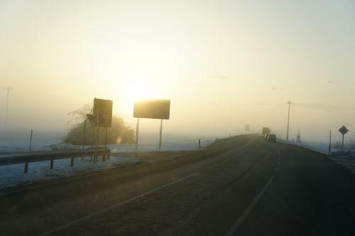 rūkas,rytas,kelias,žiema,gamta,ženklai,ryto saulė,pilka,nuotaika,saulė,žiemos saulė