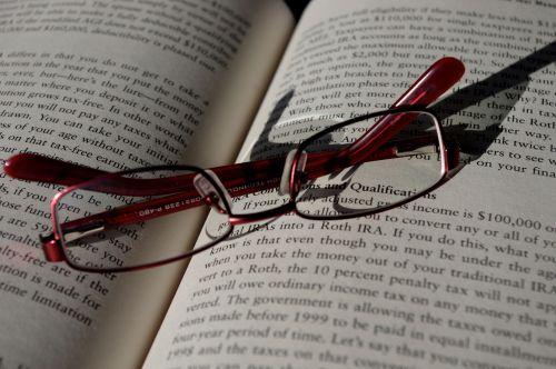 sulankstytas, akiniai, knyga, skaityti, baigti, Uždaryti, galas, vėlai, naktis, sustabdyti, žodžiai, skaitytojas, senas, pavargęs, sulankstyti akiniai