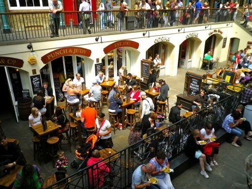 Coventry sodas,turgus,Londonas,maistas,žmonės,žmonės kalba,žmonės valgo,valgymas,gyvenimo būdas,maistas,restoranas,sėdi,stalas