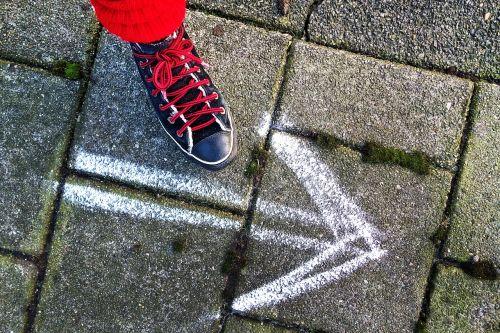 pėdos,batai,sneaker,moteriški batai,žingsnis,vaikščioti,vienas žingsnis,dangas,šaligatvis,rodyklė,balta rodyklė,kreidos rodyklė,kryptis,tokiu būdu