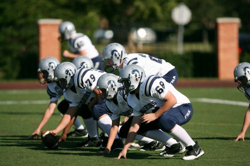futbolas,amerikietiškas futbolas,futbolo komanda,komanda,amerikiečių futbolo komanda,nusikaltimas,įžeidžiantis formavimas,žaisti,žaidimas,rutulys,Sportas,kiaulytė,varzybos,laukas,šalmas,Quarterback,sportininkai,futbolo šalmas,žaidėjai,veiksmas,veiksmo nuotrauka,veikla,konkurencinga