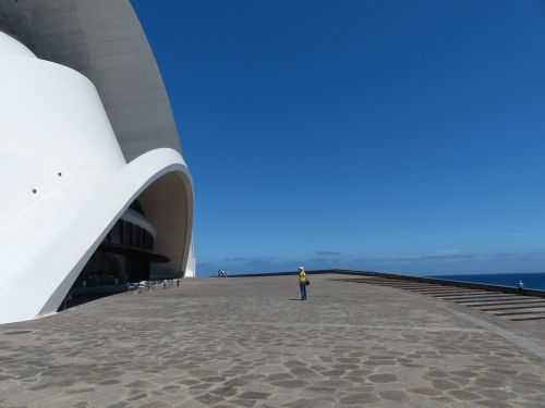 kiemas,erdvė,pastatas,didelis,įvedimas,lankytojas,turistų informacija,auditorius Tenerifė,Tenerifės auditorija,salė,auditorija,kongresų salė,koncertų salė,architektūra,santa cruz,Tenerifė,Kanarų salos,balta,Santa Cruz de Tenerife,avangardo,dizainas,Santiago Calatrava,orientyras