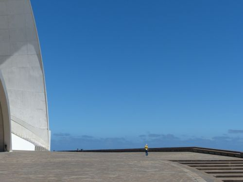 kiemas,erdvė,plotas,pastatas,didelis,įvedimas,lankytojas,turistų informacija,auditorius Tenerifė,Tenerifės auditorija,salė,auditorija,kongresų salė,koncertų salė,architektūra,santa cruz,Tenerifė,Kanarų salos,balta,Santa Cruz de Tenerife,avangardo,dizainas,Santiago Calatrava,orientyras,dydžio palyginimas,milžiniškas,didelis,mažas