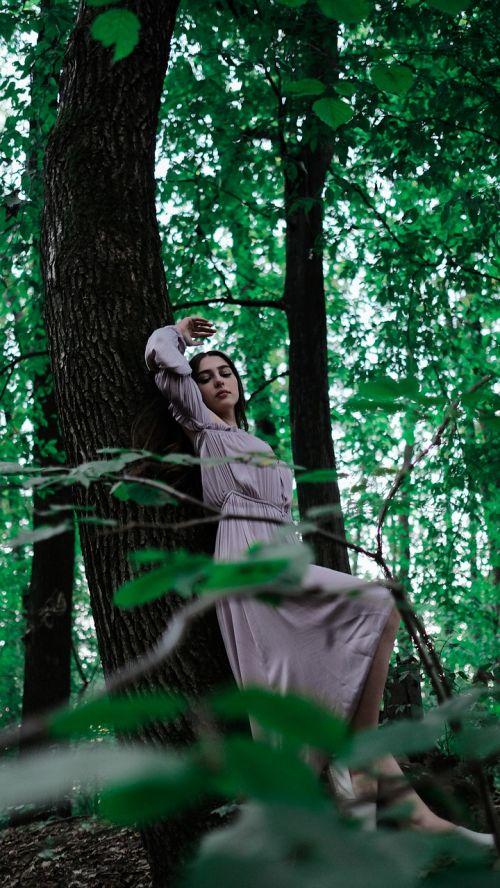 miškas,mergaitė,žalumos