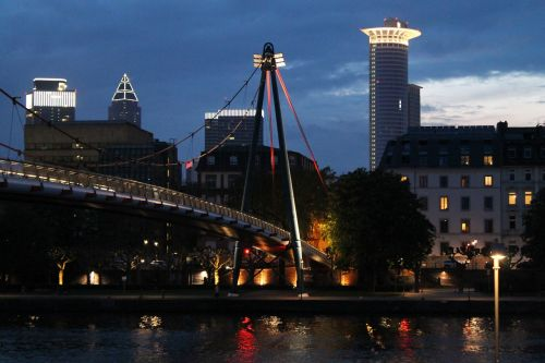 Frankfurtas,  Tiltas,  Pėsčiųjų Tiltas,  Apšvietimas,  Pagrindinis,  Upė,  Frankfurtas Yra Pagrindinė Vokietija,  Miesto Centras,  Architektūra,  Panorama,  Centras,  Dangoraižis,  Vaizdas,  Miestas,  Hesse,  Žibintai,  Vanduo,  Tamsi,  Naktis,  Apmąstymai,  Šviesa,  Pastatas