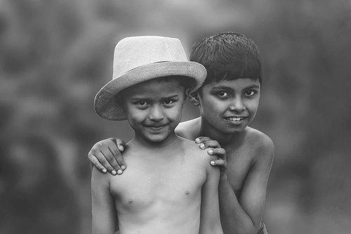 draugai, artimi draugai, broliai, žmonių, smile, du berniukai, juoda ir balta berniukų, berniukas žaisti, laimingas berniukai, laimingi draugai, laimingi broliai, berniukas dangteliu
