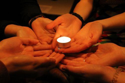 Draugystė,parama,šviesa,žvakė,sanglauda,grupės dinamika,bendruomenė