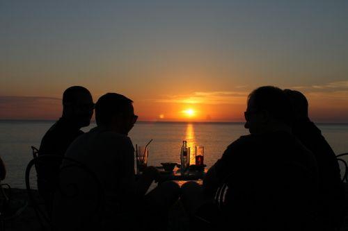 Draugystė,žmonės,saulėlydis,alus