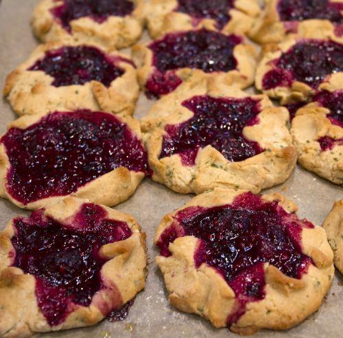 vaisių pyragas,vaisiai,kepimo,mini pyragas,gervuogė,mėlynieji,avietė,pyragas,pyragas,pergamentinis popierius,maistas,desertas,linksmas,maisto dienoraštis,tartletas,žolelės,čiobreliai,citrina