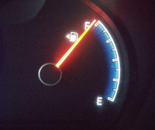 kuro matuoklis,kuro šviestuvas,kuro bakas,pilnas bakas,adata,siurblys,benzinas,degalus,užpildyti,automobilis,prietaisų skydelis