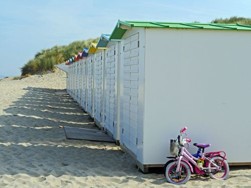 įdomus paplūdimyje,smėlis,kopos,spintelė,vaiko dviratis,Belgija,de haan,šiaurės jūros pakrantė,kanalo pakrantė