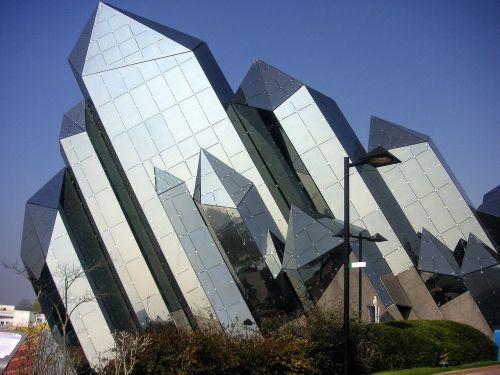 futuroscope,poitiers,france,futuristinis,pastatas,stiklo pastatas,kampinis pastatas,architektūra,stiklas,apmąstymai,modernus pastatas,geometrinis,struktūra