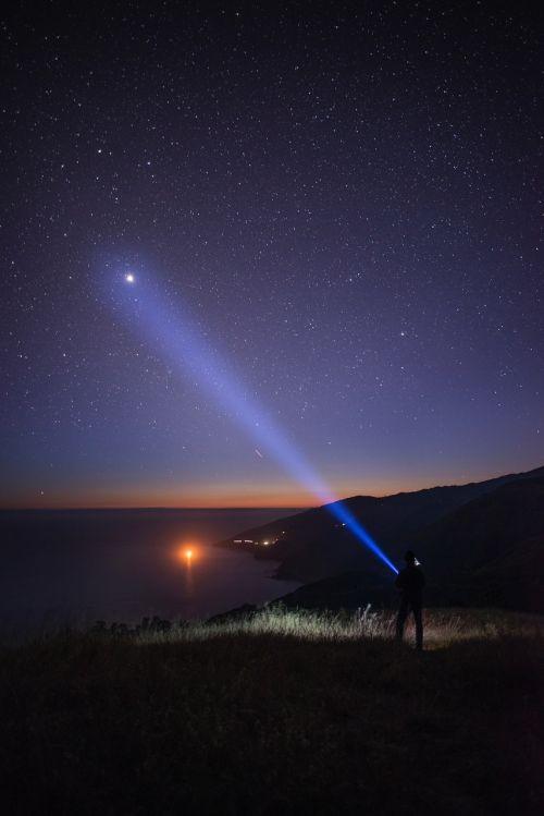 galaktika,naktis,žvaigždės,Šaudymas,medžiai,tamsi,dangus,gamta,erdvė,žibintuvėlis,vaikinas,vyras,vienas,mėnulis