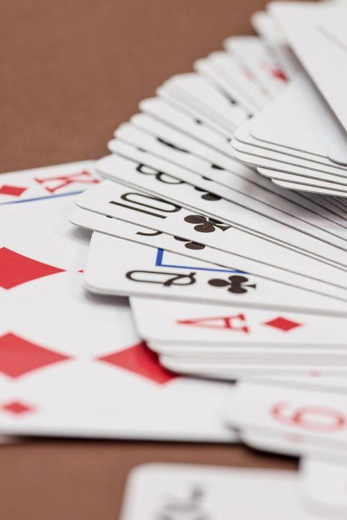azartiniai lošimai,kortų žaidimas,kortelės,Žaidžiu kortomis,širdis,pokeris,žaisti,rummy card,dešimt,rummy,pik,žiūrėti,serijos,seka,pokerio veidas,deimantai,karalius,kirsti,ace,trumpas,karūna,įsakymas,žaidimų priklausomybė,priklausomybe,kazino,žaidimų bankas,pelnas,laimėti,žaidimų stalas