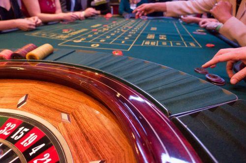 žaidimų bankas,naudoti,jeton,vieta,ruletė,ruletės ratas,žaisti,azartiniai lošimai,kazino,pelnas,sėkmė,laimėti,lentelė,ranka,fondas,fonas