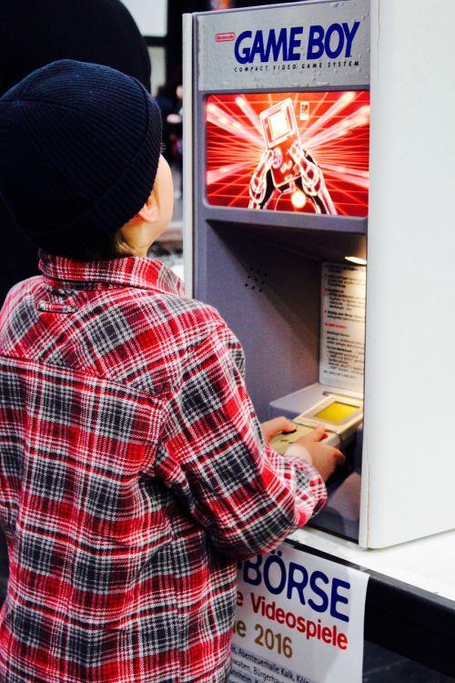 žaidimo berniukas,video žaidimas,žaisti,vaikas,azartiniai lošimai,kompiuterinis žaidimas,kompiuterinis žaidimas,minimalistinis,išsiblaškymas