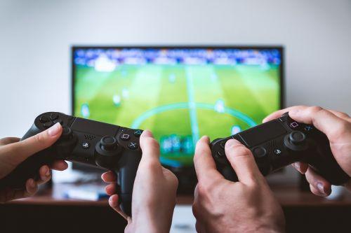 žaidimų,tv,žaidėjai,žaidėjas,namai,žaidimas,žaidimai,televizijos stotis,konsolė,mergaitė,vyras,moteris,hobis,atsipalaiduoti,žaisti,žaidimų pultas,žaidimų valdiklis,techninė įranga,technologija