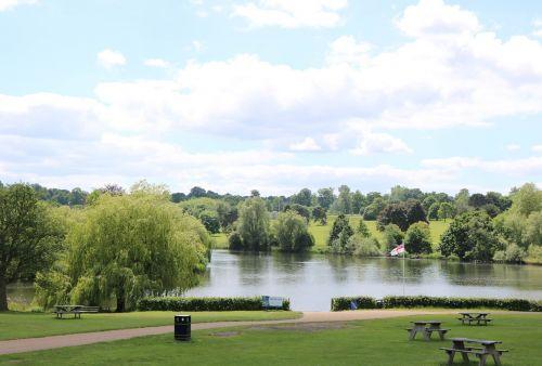 sodas,parkas,lauke,vasara,gamta,kraštovaizdis,medis,saulėtas,vasaros kraštovaizdis,peizažas,graži aplinka,anglų sodas,dangus,žalias,saulės šviesa,debesis,grazus krastovaizdis,ežeras,kaimas