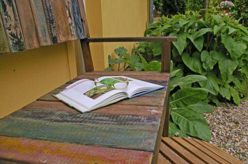 sodo stendas,bankas,medinis stendas,poilsis,gamta,sėdynė,stendas,out,sėdėti,tylus,mediena,kraštovaizdis,nuotaika,knyga,skaityti,akiniai,sodo žvyras,sodo dizainas,sėdimųjų zonų,gėlės