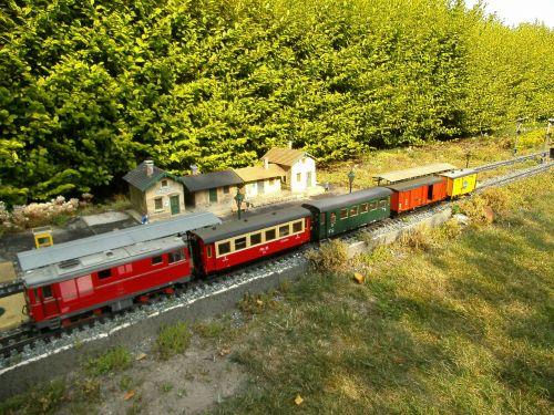 sodo geležinkelis,siauras gabaritas,dyzelinis lokomotyvas,LGB,modelio traukinys,sodas,traukinys,krovininis vagonas,lengvieji automobiliai,hobis,laisvalaikis,traukinių stotis,modelio geležinkelis,atsipalaidavimas,džiaugsmas,judėjimas,atrodė,gleise,geležinkelio eismas,traukiniai,transporto priemonė,geležinkelis