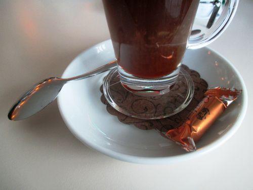 gastronomija,kava,kavos stiklas,kava su šnapais,saldainiai,gottlieber ežero kavinė,gottlieber hüppen,specialybė,lėkštė,šaukštas,sidabrinis,kavos šaukštas,šokoladas,dekoratyvinis,Gottlieben,Seehrein,Thurgau,Šveicarija