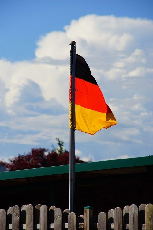 Vokietija,vėliava,medžiaga,flagpole,juodas raudonas auksas,vokiečių vėliava,namai,plazdėjimas,smūgis,nacionalinės spalvos,Vokietijos vėliava,laisvė,dangus,priekinis kiemas
