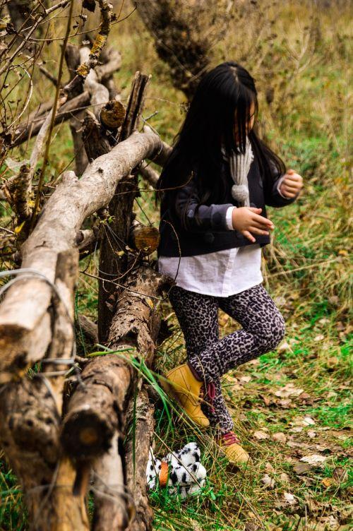 mergaitė,medituojantis,laukas