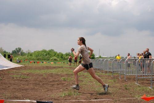 mergaitė,moteris,paleisti,bėgimas,iššūkis,lenktynės,purvas,purvinas,purvinas