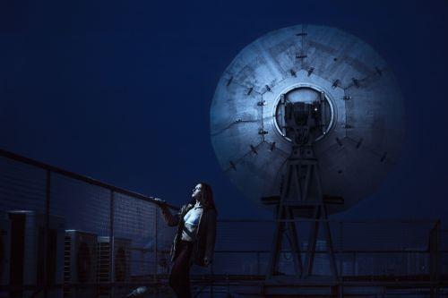 mergaitė,palydovinės antenos,antenos,naktis,grotelės,technologija,dangus,energija,technologijos,šviesa,ištekliai,vartojimas,tamsi