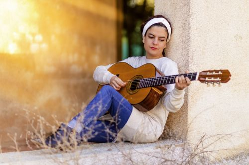 mergaitė,gitara,muzika,instrumentas,ispanų gitara,gitaristas,ispanų,Groti gitara,Rokas,aš esu studentė,vasara