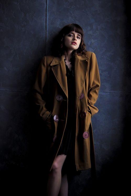 mergaitė,kailis,senas kailis,rudas kailis,mergaitė paltai,retro,tamsus fonas,modelis,stilius,grožis,vaizdas,laikysena,šukuosenos,fotografija,siena,Peržiūros,klasikinis,kojos