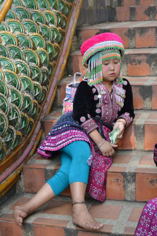 mergaitė,liūdnas,Hmong,mergaičių gentis hmong,sėdi,Tailandas,spalva,kopėčios,kultūra,laiptai,gentis,tipiškos suknelės