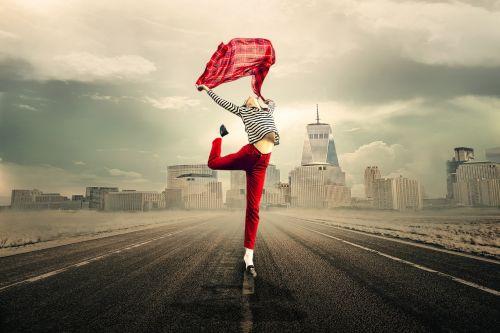 mergaitė,moteris,gyvenimo džiaugsmas,šokinėti,Laisvas,laisvė,jauna moteris,audinys,dangus,lengvumas,sėkmė,spalvinga,miestas,būti laimingas,ištrūkti,laisvas šuolis,pajusti,kelias,Manheteno horizontas,foto montavimas,komponavimas