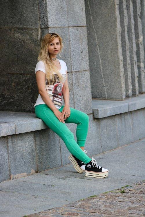 mergina, Miestas, Modernus stilius, gatvės stilius, Gatvė, laikysena, stilius, nuotaika, miesto aplinką, Pasivaikščiojimas po miestą, portretas, atmosfera, marškinėliai, antblauzdžiai