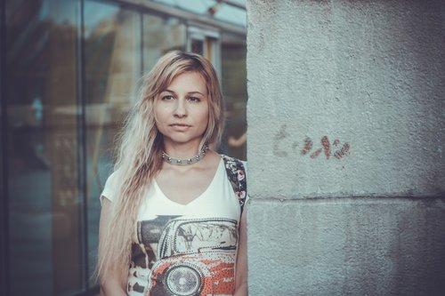 mergina, Miestas, Modernus stilius, gatvės stilius, Gatvė, laikysena, stilius, nuotaika, miesto aplinką, Pasivaikščiojimas po miestą, portretas, atmosfera, marškinėliai, Koljė, Plaukų, Šviesiaplaukis, jausmingumo, mįslingas