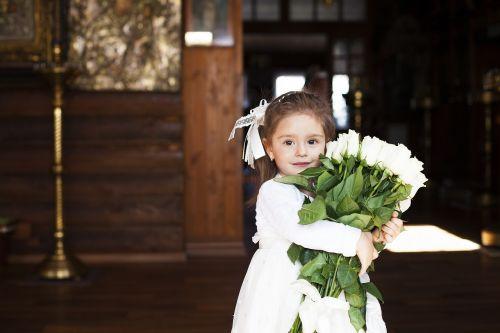 mergaitė,gražus,gėlės,rožių puokštė,krikšto sakramentas,šventė,ortodoksija