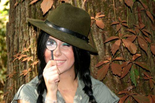 mergaitė,tyrėjas,didintuvas,skrybėlės,miškas,džiunglės