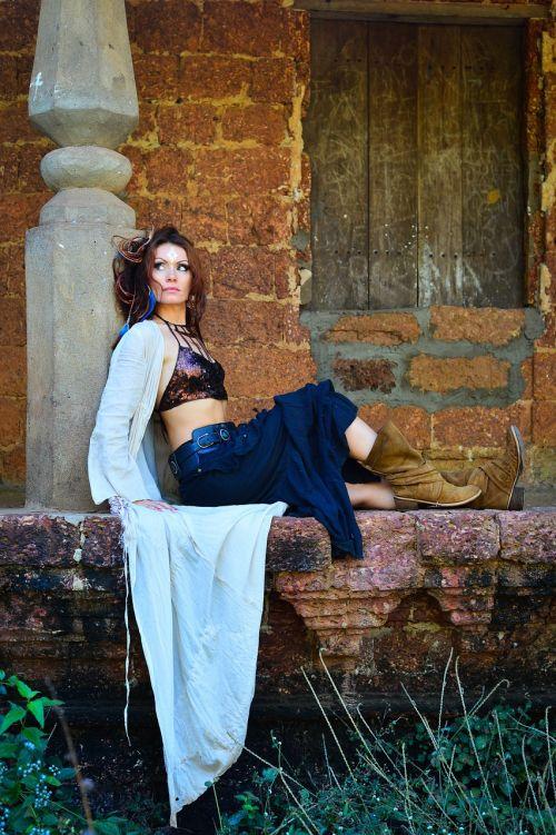 mergaitė,apleistas namas,boho stilius,siolimskaya kaimas,čigonų stilius,batai
