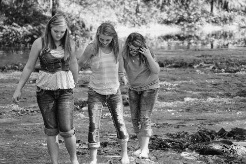 mergaitės,draugai,Geriausi draugai,vanduo,vaikščioti,juoda ir balta