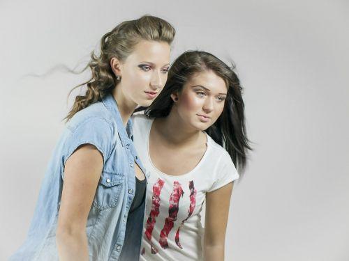 du,dvi merginos,du moterys,portretas,portretai,žiūrėti,koncentracija