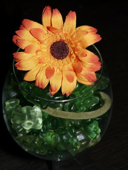 stiklas,saldainiai,saldumas,spalvinga,dovanos,vyno taurė,vaisių želė,gėlė,meno gėlė,geltona,žalias,atiduoti,gimtadienis,spalva