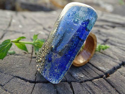 stiklo ir medžio žiedas,papuošalai,jūros dugnas,vienos rūšies žiedas,mėlynas,akvamarinas,geltona,talentingas jūros žiedas,mediena,stiklo žiedas,medžio žiedas,dizainas,tikras žiedas,medinis žiedas,Jūros gyvenimas,kraštovaizdžio stiklas,Sužadėtuviu žiedas,mada,maži burbuliukai,stiklas,meno stiklas