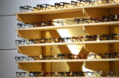 akiniai,laikyti,akiniai,optomotriste,parduotuvė,mada,akis,akiniai,stilius,apsipirkimas,vartotojiškumas,madinga,akiniai,dizainas,stilingas,akiniai,lentyna,lentynos,rodyti