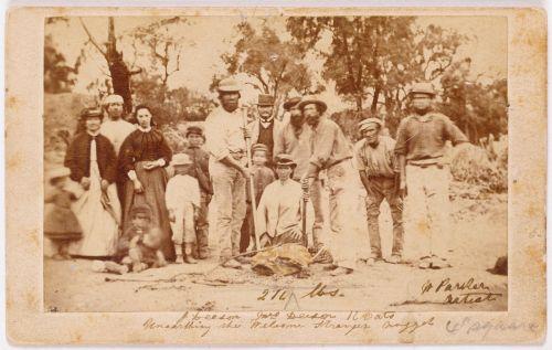 aukso kasėjas,šeima,istoriškai,vintage,aukso grynuolis,vyrai,moterys,didžiausias aukso atradimas,2316 trojos uncijos,auksas,72 kg,didžiausias aukso grynuolis,1869,Moliagul,australia,pasveikinti nepažįstamą,ieško aukso,fotografija,istoriniai įrašai