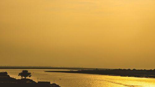 auksinė valanda,ganga,gangas,Indija,patna,religija,hinduizmas,upė,vanduo,asija,hindu,gamta,lauke,kraštovaizdis,saulėlydis,saulė,dangus,valtis,Ghat,auksinis,Saulėtas upė,auksinė upė,spalvinga,žinomas