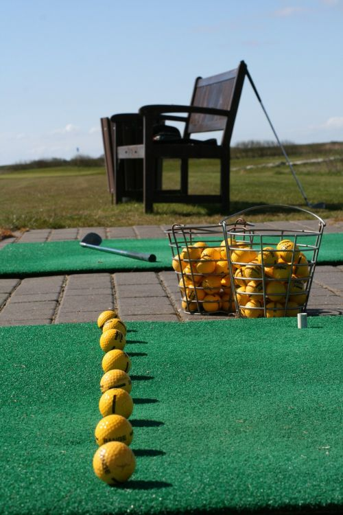 golfas,vairavimo sritis,linija,klubas,sūpynės,praktika,žaidimas,golfo žaidėjas,linija,susitikimas,Paruošimas,paruošta,hit,surinkimo linija,žinoma,poilsis,laisvalaikis,atsipalaiduoti,Sportas,lauke