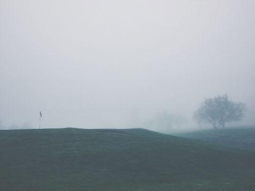 golfo laukas,sportas,žalias,vėliava,pin,žolė,medžiai,farvaterius,rūkas
