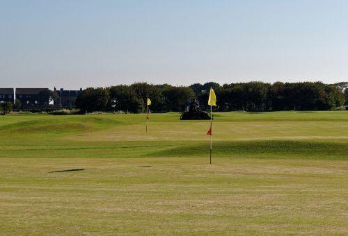 golfo laukas,golfo vėliavos,žalias,golfas,žinoma,vėliava,Sportas,žolė,skylė,kraštovaizdis,žaidimas,golfo aikštynas,farvaterius,dangus,poilsis,gamta,laisvalaikis,lauke,pin,rekreacinė,veikla